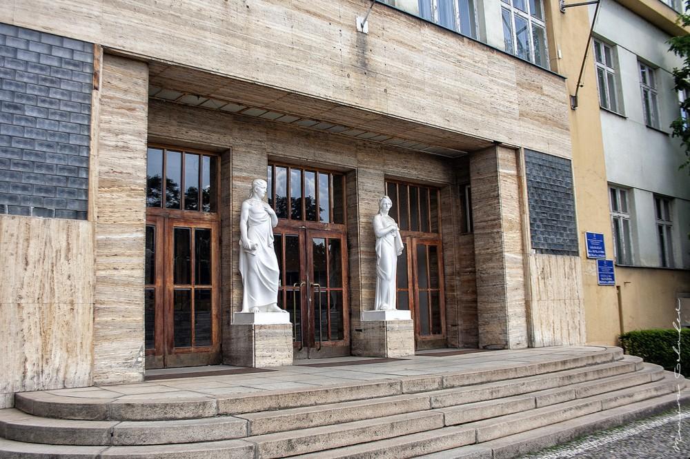 Крайовий суд (1930-1933, арх. Адольф Лібшер, пл. Народна, 5)